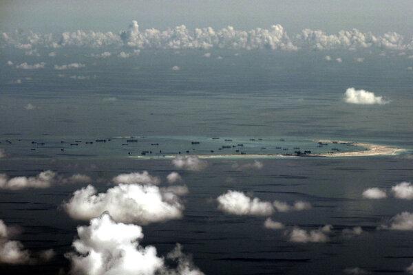 Čína v Juhočínskom mori buduje umelé ostrovy.