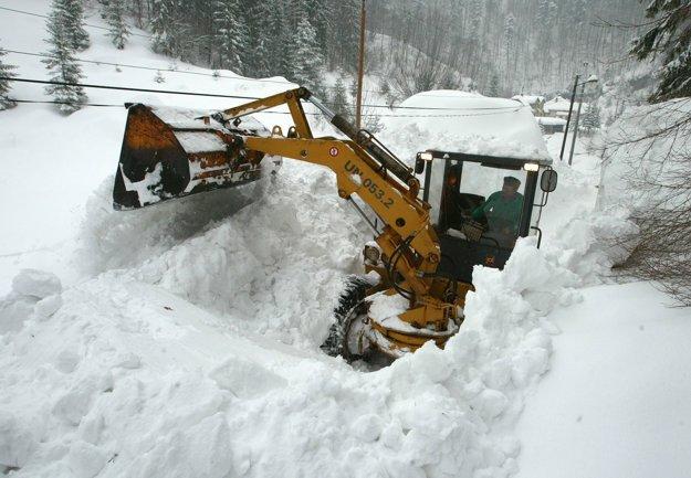 Nánosy snehu z lavíny, ktorá zasypala pár na skútri, odpratávali z cesty celý nasledujúci deň.