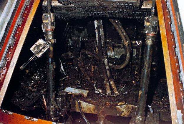 Pohľad do vyhorenej kabíny Apolla 1.