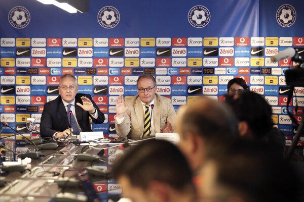 Hübel (v strede) sa stretol s gréckymi vládnymi predstaviteľmi i ligovými futbalovými funkcionármi.