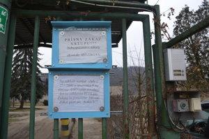 Zákaz vstupu cudzím osobám na farme v Topoľovke.