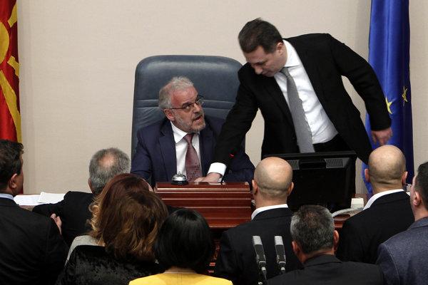 Počas zasadania došlo takmer k bitke expremiéra Gruevského (vpravo) a súčasného predsedu parlamentu Xhaferiho.