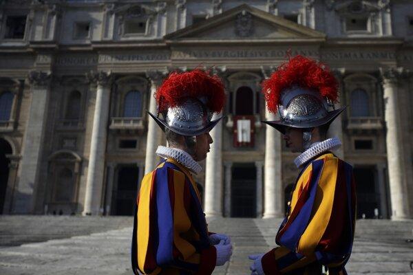 Členovia Švajčiarskej gardy sa rozprávajú na Námestí s. Petra.