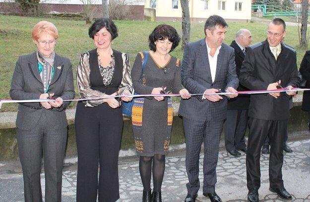Slávnostné prestrihnutie pásky pri otváraní vynovených priestorov
