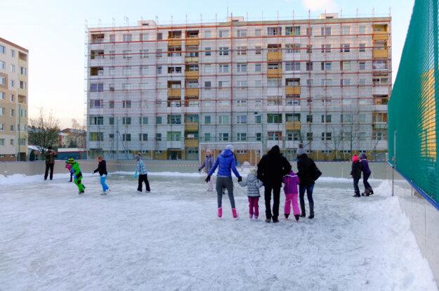 Ľadová plocha priamo na sídlisku.