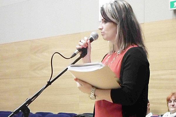 Situáciu o verejnom obstarávaní vysvetlila poslancom riaditeľka školy Adriana Kurtinová.