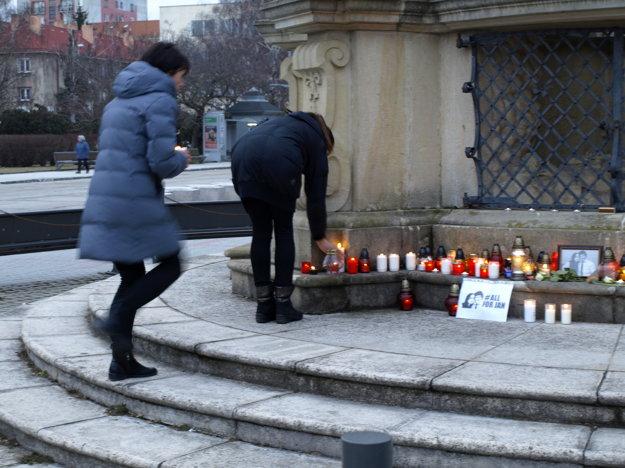 Väčšina zhromaždených len ticho zapálila sviečku pri fotkách zavraždených.