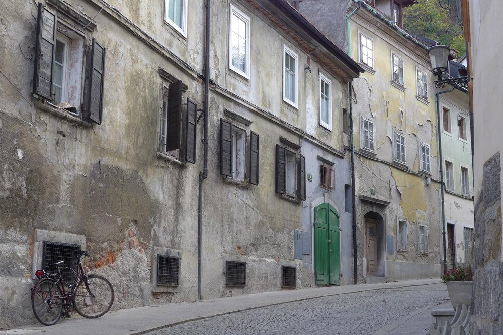 Študentská ulica pod hradom, bez obchodov či podnikov, zato svojsky čarovná.