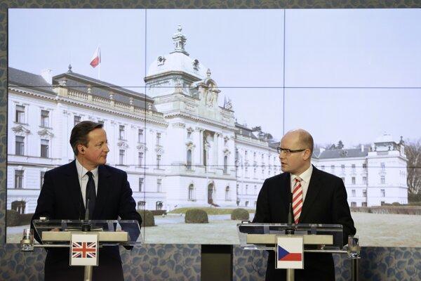 Britský premiér David Cameron (vľavo) a český premiér Bohuslav Sobotka na tlačovej konferencii v Prahe.