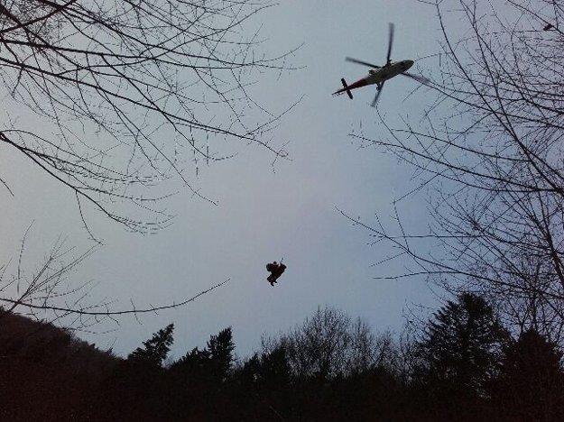 Na pomoc prišiel aj vrtuľník z Banskej Bystrice.