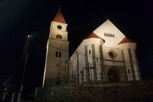 Nasvietenia sa dočkal aj farský kostol, ktorý je  dominantou obce.
