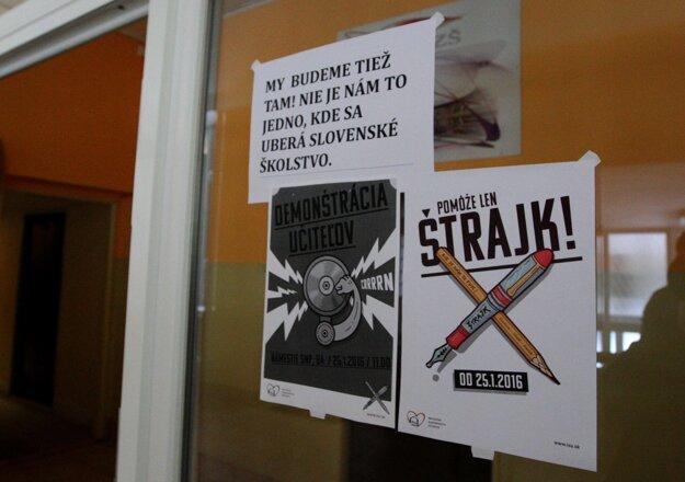 Oznam na dverách školy hovorí, že učitelia z Radvanskej nebudú na demonštrácii v Bratislave chýbať.
