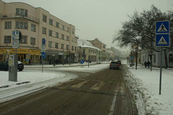 V uliciach Trnavy odpratávajú sneh všetky mechanizmy.