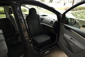 Do auta s avďaka otočnej sedačke pohodlne dostanú aj ľudia s pohybovými ťažkosťami.