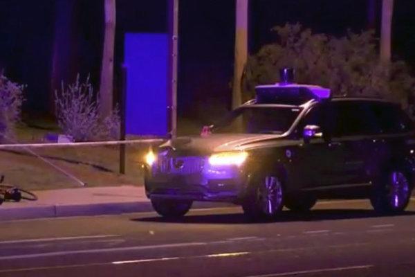 Na videosnímke z 19. marca 2018 vyšetrovatelia na mieste nehody samojazdiaceho auta taxislužby Uber v Tempe.