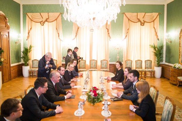 Prezident Andrej Kiska debatuje s organizátormi protestov Za slušné Slovensko.