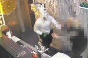 Polícia hľadá tohto zamaskovaného muža.