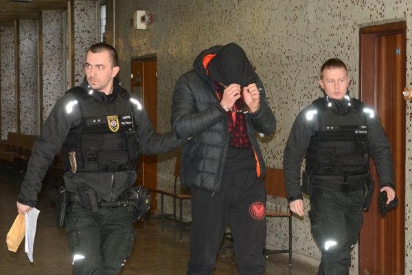 Jeden z obvinených cudzincov na košickom súde.