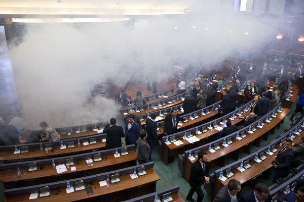 Opozičná strana opakovane použila v kosovskom parlamente slzotvorný plyn, aby zabránila hlasovaniu o dohode.