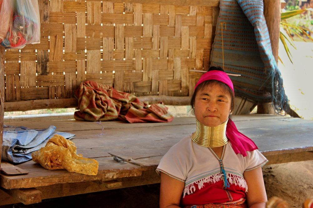 Mu Let má turistov rada, väčšinu času predáva či vyrába šály.