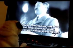 Pes na videu pozeral Hitlerove prejavy aj vztyčoval pravú labku.