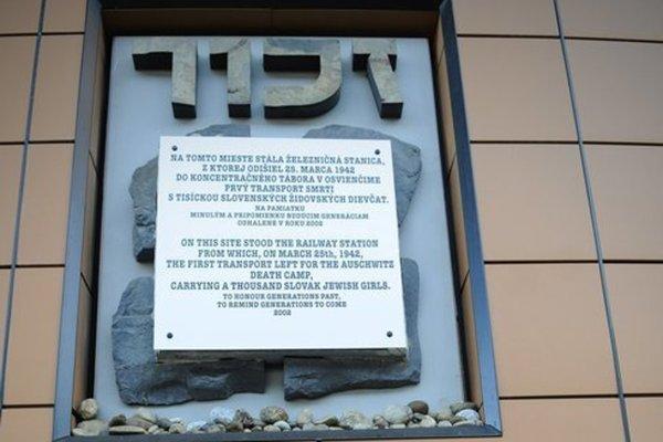 Pamätná tabuľa na popradskej stanici.