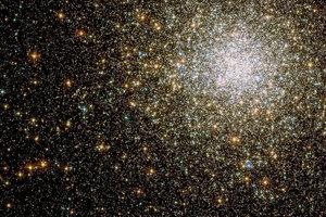 M62 je jedna z najnepravidelnejších guľových hviezdokôp. Je to miniatúrna galaxia zložená zo zhluku 150-tisíc hviezd. Má vlastnú čiernu dieru.
