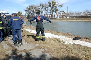 Zásah hasičov na brehu Hornádu.