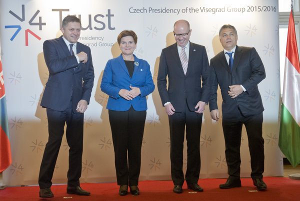Slovenský premiér Robert Fico, premiérka Poľska Beata Szydlová, premiér Česka Bohuslav Sobotka a premiér Maďarskea Viktor Orbán na rokovaní krajín V4.