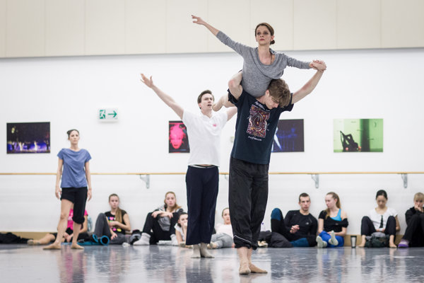 Tanečníci každý deň cvičia choreografiu na hudbu Petra Breinera.