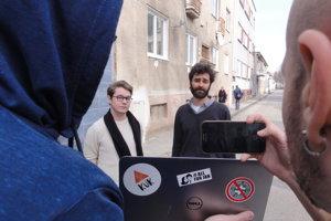 Erik Král a Marek Hattas nakrúcajú video pozvánku na dnešné protestné zhromaždenie.