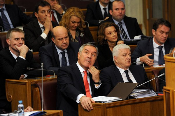 Milo Djukanovic (v popredí) na rokovaní vlády.