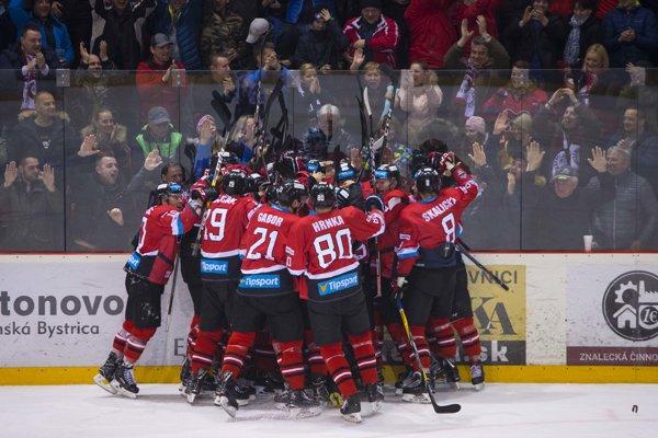 Hokejisti Banskej Bystrice oslavujú postup do semifinále.