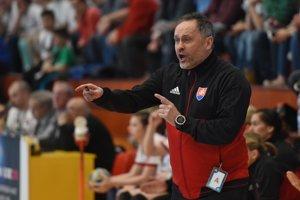 Tréner hádzanárok Dušan Poloz rozdáva pokyny svojim zverenkyniam počas zápasu proti Taliansku.