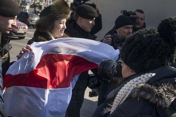 Polícia zadržala ženu držiacu starú bieloruskú vlajku.