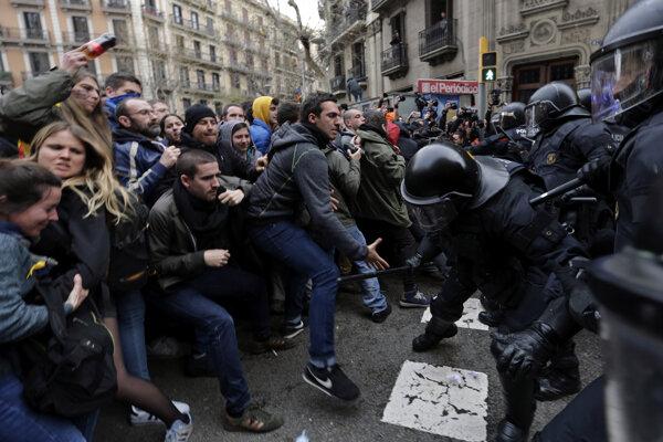 Protesty v Barcelone sa polícia snaží rozohnať násilím.