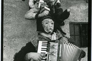 Vo väčšine fašiangových sprievodov vyhrávajú najlepší harmonikári z dediny, 1978