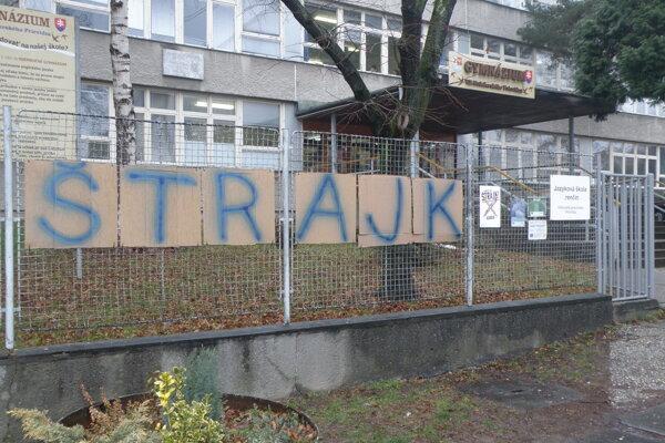 "Nápis ""štrajk"" je pri vstupe do Gymnázia V. B. Nedožerského v Prievidzi."