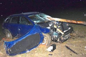 Drevený stĺp prepichol auto ako oštep.