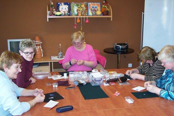 V centre práve prebiehal kurz výroby šperkov.