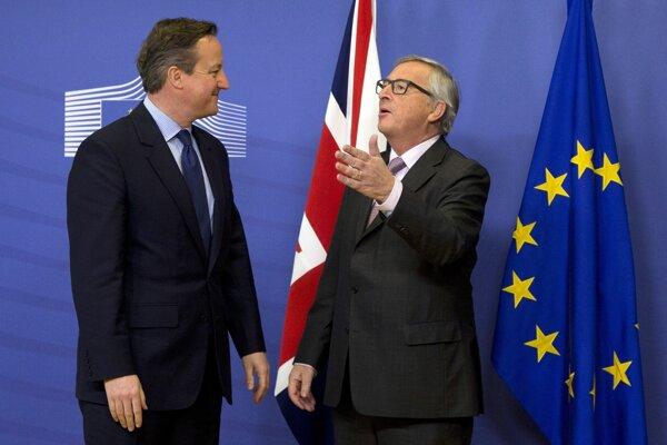 Britský premiér David Cameron (vľavo) rokuje s predsedom Európskej komisie Jeanom-Claudom Junckerom.