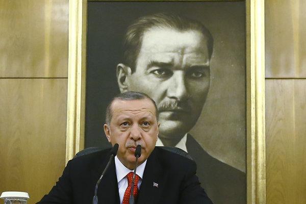 Turecký prezident Erdogan má prejav pred obrazom Mustafu Kemala Atatürka, prvého prezidenta zjednoteného Turecka.