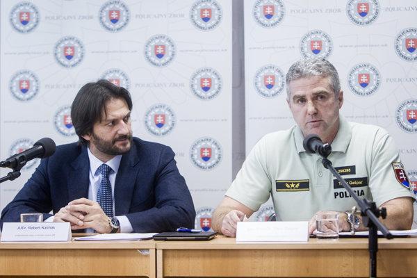 Dobrými výsledkami polícia sa nedávno prišiel na tlačovú konferenciu pochváliť aj minister vnútra Robert Kaliňák. Vpravo policajný prezident Tiboer Gašpar.