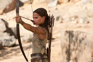 Alicia Vikander pôsobí v roli Lary Croft oveľa jemnejšia a zraniteľnejšie ako Angelina Jolie.