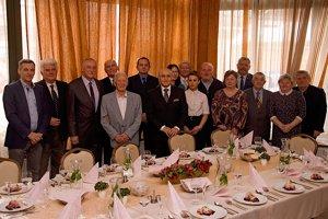 Na ďalšie roky života a spolupráce si s tromi jubilantmi (uprostred) pripili aj riaditeľ organizačného výboru Branislav Koniar, prezident MKK Ján Sudzina a ďalší gratulanti.