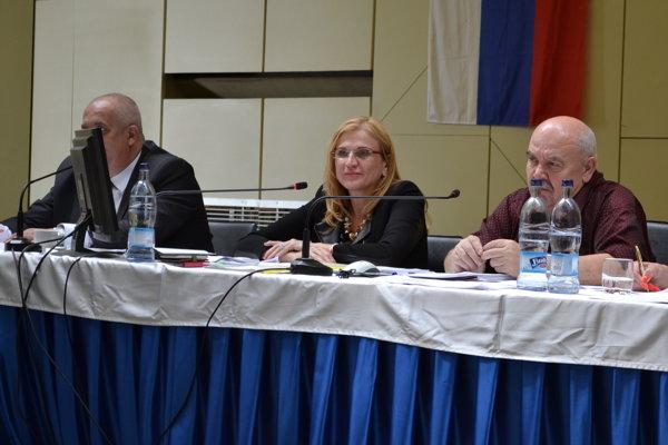 Jana Vaľová (v strede) ako primátorka na rokovaní mestského zastupiteľstva v Humennom.