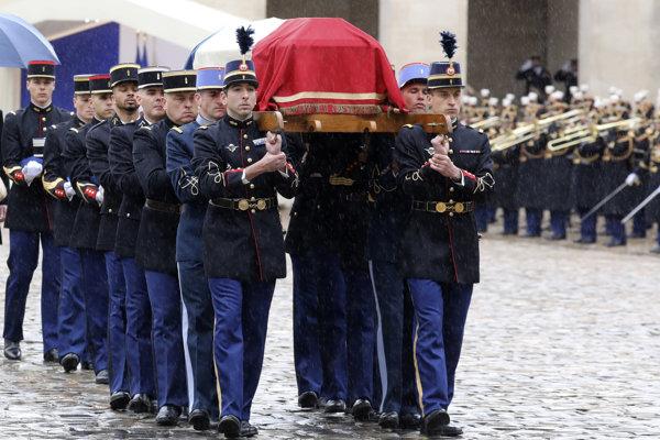 Členovia francúzskej gardy nesú rakvu s pozostatkami Arnauda Beltrama počas ceremónie na nádvorí Invalidovne v Paríži.