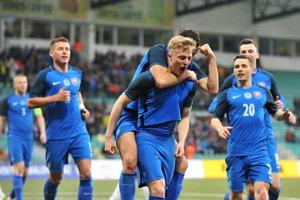 Nefalšovaná radosť. Michal Sipľak so spoluhráčmi oslavuje gól do siete Albánska.