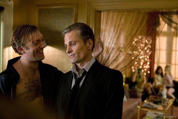 Vincent Cassel ako ruský gangster - psychopat s Viggom Mortensenom vo filme Prísľuby z východu.