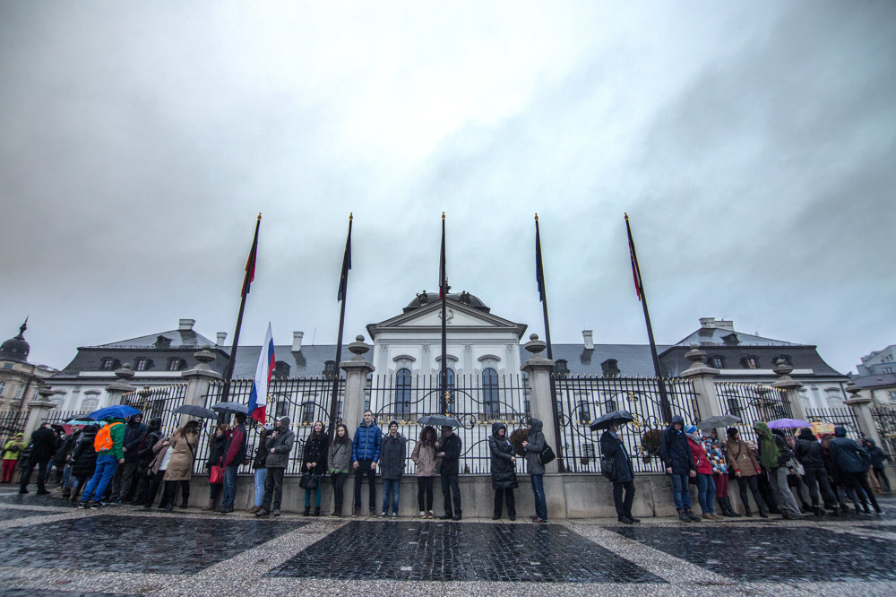 Živá reťaz na podporu učiteľov v Bratislave.